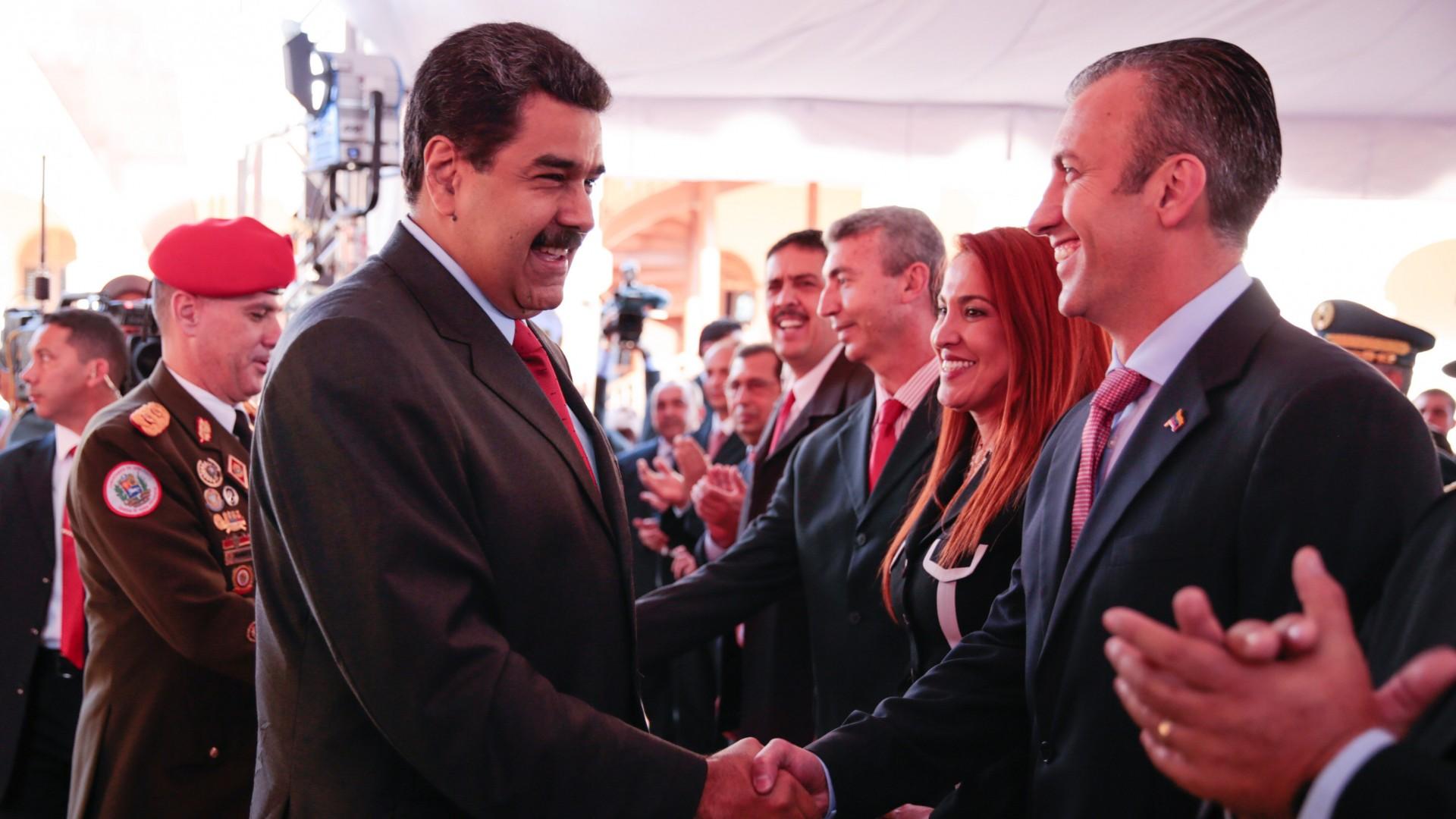President Nicolas Maduro schudt zijn nieuwe vicepresident Tarek El Aissami (rechts) de hand. © REUTERS