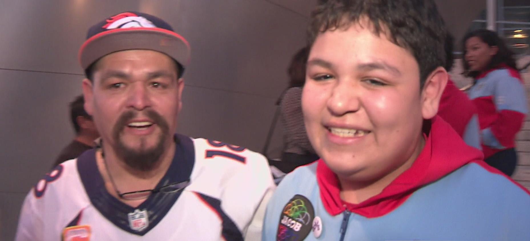Jacob Molina, violinista de YOLA, junto a su padre Rudy Molina.