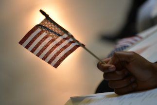 Inmigrantes de todo el mundo convertidos en ciudadanos estadounidenses c...