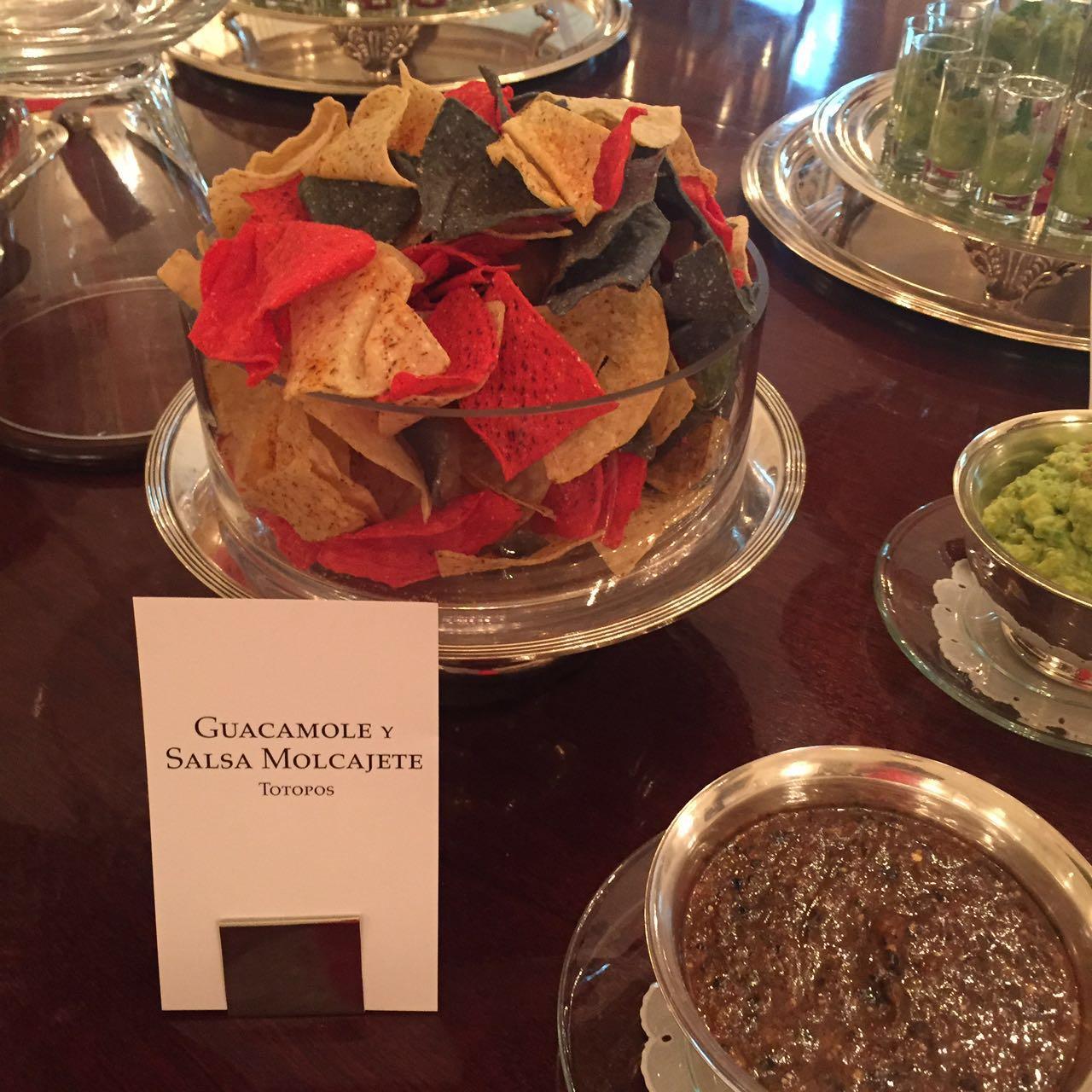 Totopos, guacamole y salsa molcajeteada.