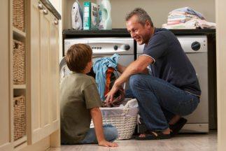 Ver que son los padres quienes se encargan del hogar ha dejado de ser un...