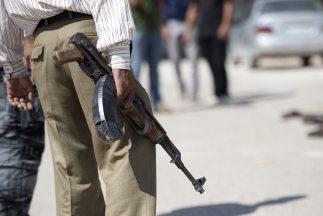 Uno de estos grupos armados despojó de armas y patrullas a policías del...