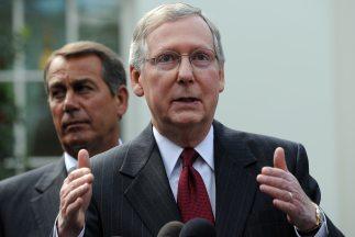 El líder de la mayoría republicana en el Senado, Mitch McConnell, junto...