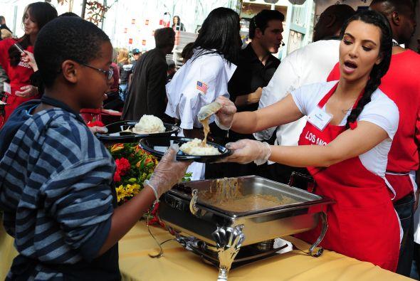 Kim kardashian sirvi comida a personas desamparadas for Servir comida