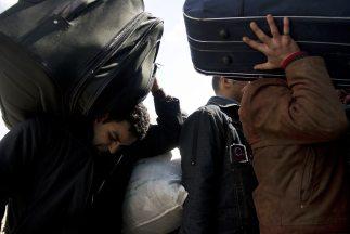 Personas de diferentes partes del mundo abandonan Libia, que vive sus dí...
