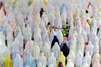 La mayoría de los musulmanes de todo el mundo comenzó el mièrcoles el ay...