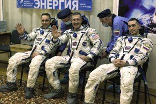 Tres astronautas regresaron el viernes a la Tierra después de haber pasa...