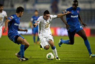 Héctor Herrera trata de pasar entre dos jugadores del Belenenses.