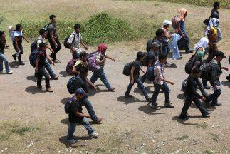 Un grupo de inmigrantes centroamericanos en el norte de México camino a...