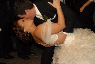 """Los recién casados se dan un tremendo beso luego de darse el """"sí""""."""