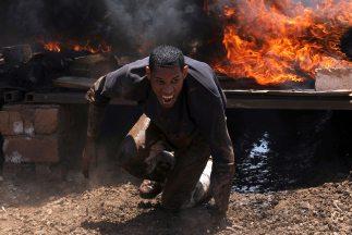 Las tropas leales al régimen de Gadafi reactivaron el frente en Misrata...
