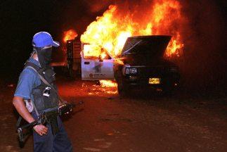 En Michoacán miembros de Los Caballeros Templarios incendiaronvehículos...