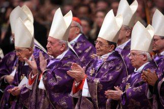 Si un cardenal ingresa un celular al cónclave y envía un tuit durante la...