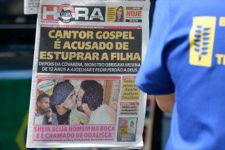 Una foto del jugador brasileño Emerson besando en la boca a un amigo par...