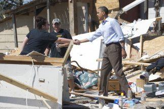 Obama saluda a una de las tantas familias afectadas por los tornados en...