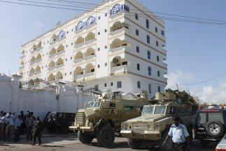 Los ataques se produjeron delante del edificio, cuando tres hombres trat...