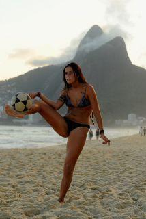 En el año mundialista, no sólo los hombres están locos por el fútbol sin...
