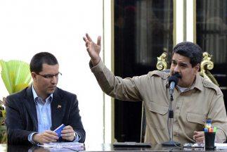 El vicepresidente de Venezuela,Jorge Arreaza (izquierda), y dirigentes...