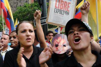 Empleados del diario El Universo protestan por la sentencia.