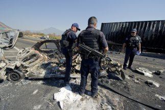 Dos cadáveres fueron hallados en el interior de una patrulla en Michoacá...
