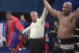 Tony Thompson levanta la mano ante un desilusionado Odlanier Solís.