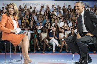 El presidente Barack Obama junto a la periodista María Elena Salinas en...