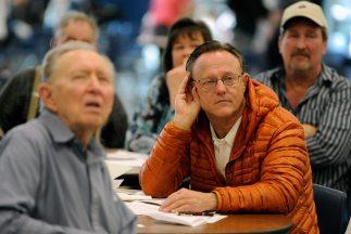 Un grupo de votantes que asistieron a un caucus celebrado en el Centenni...