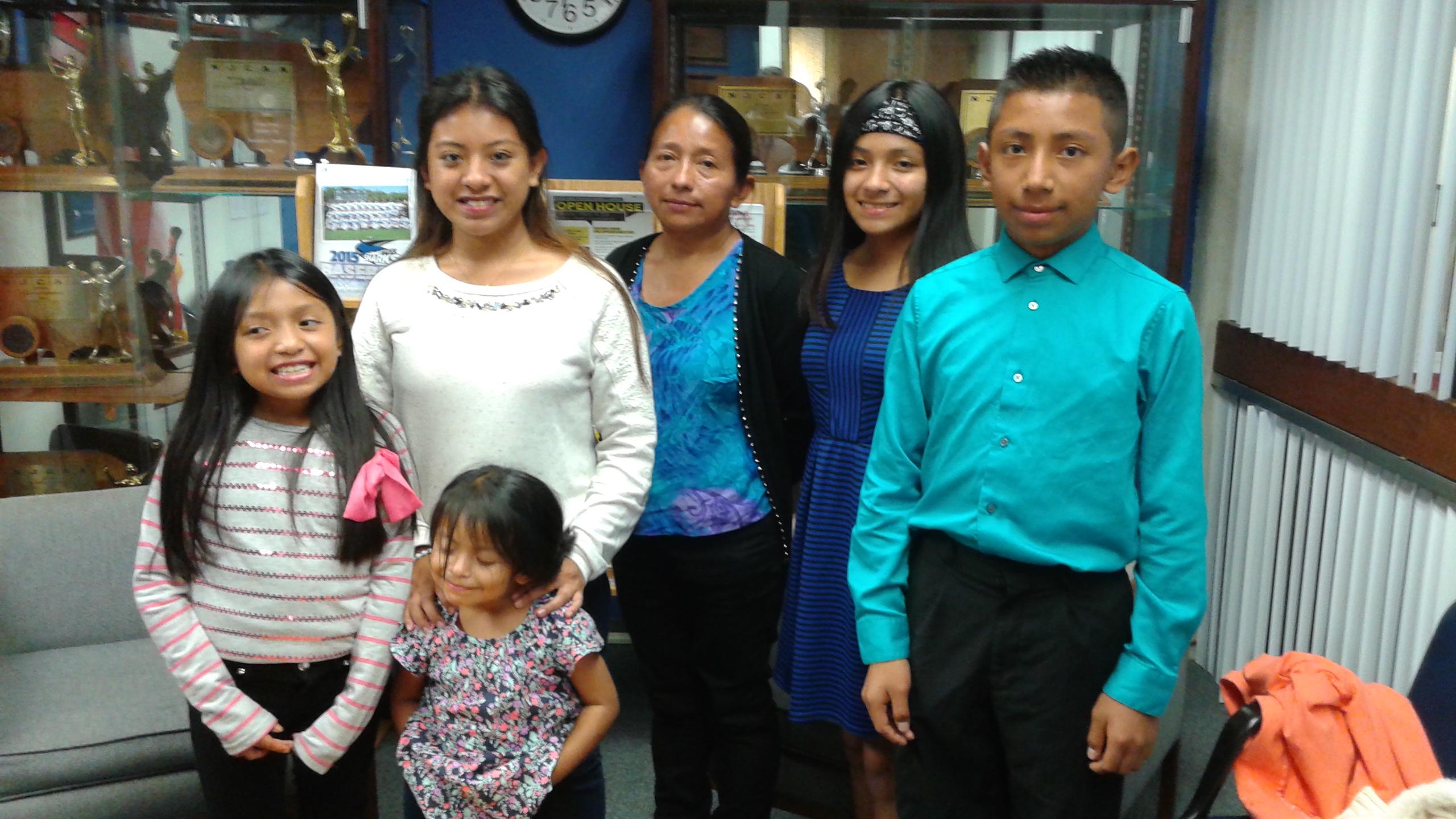 La familia Quiej antes del debate demócrata de Univision