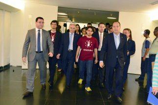 Un grupo de estudiantes venezolanos, junto a diputados de Brasil a quien...