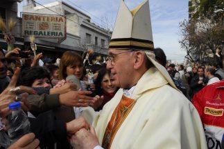 El cardenal Jorge Mario Bergoglio, recientemente electo papa y que pidió...