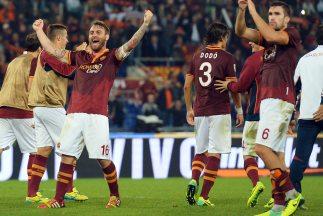 Los jugadores de la Roma celebran su triunfo sobre Nápòles.
