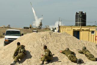 Yossi tiene que dejar a su esposa embarazada en Tel Aviv para responder...