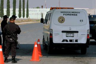 Un grupo de sicarios mató a seis hombres e hirió a otras tres personas,...