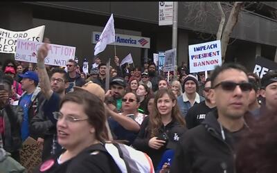 Seguidores y opositores de Donald Trump se vieron cara a cara en una pro...