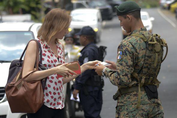 Un soldado del ejército de Panamá revisa los documentos de identidad de...