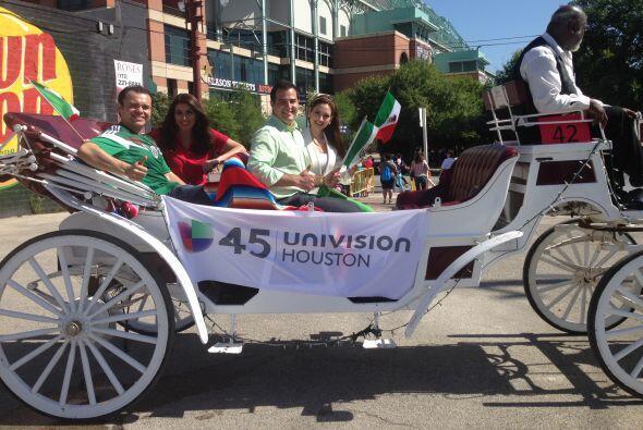 Univision 45 apareció con una carroza muy de la época de l...