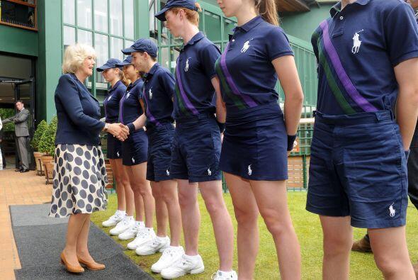 Mostrando su generosidad y humildad, Camilla Parker saludó de man...