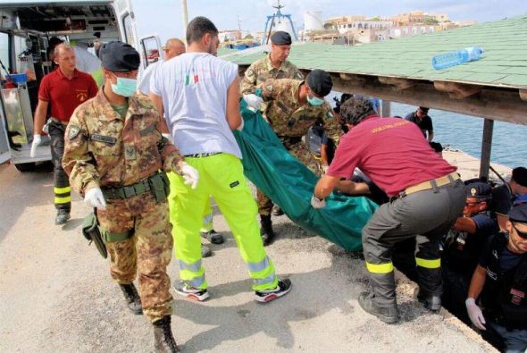 Fotografía facilitada por la Armada de Italia que muestra a varias perso...