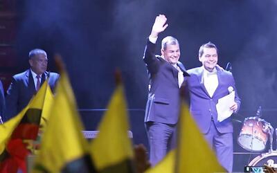 Emigrantes ecuatorianos recibieron a Rafael Correa en su último viaje of...