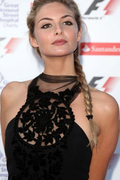 Y antes de cambiar la trenza de lado, vean a la actriz Tamsin Egerton co...