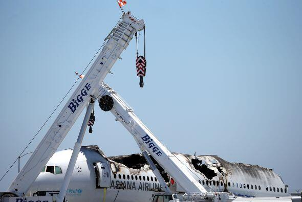 En el vuelo 214 de Asiana Airlines viajaban más de 300 personas entre pa...