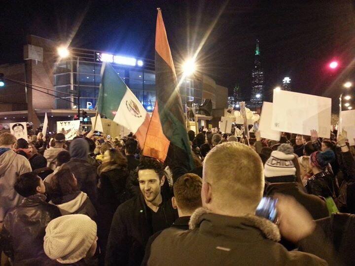 Manifestantes anti-Trump con banderas de México en Chicago.