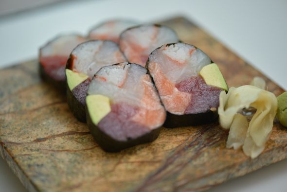 Mira nada más qué delicia de sushi.