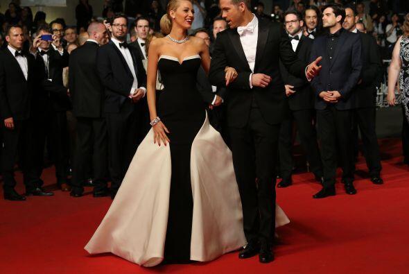 Lively aparte de hermosa se mostró muy enamorada del brazo de su esposo,...