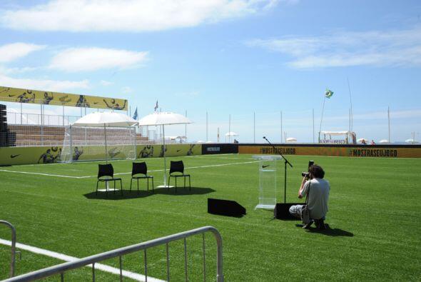 En la misma playa de Copacabana se montó un campo de césped artificial p...