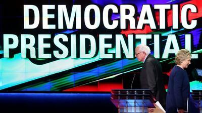 Bernie Sanders y Hillary Clinton durante el séptimo debate dem&oa...