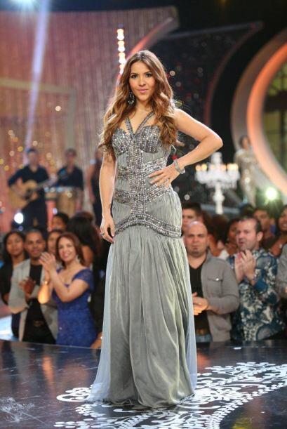 Aly modeló un vestido gris.