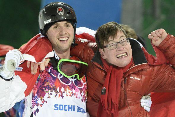 Aquí vemos al canadiense festejando con su hermano Frederic.  La euforia...