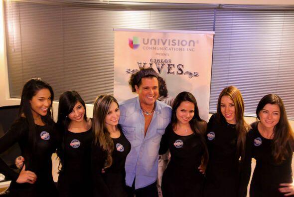 Carlos Vives con las chicas de Coors Light