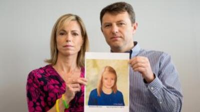 Los padres de Madeleine McCann muestran una foto de la niña que desapare...